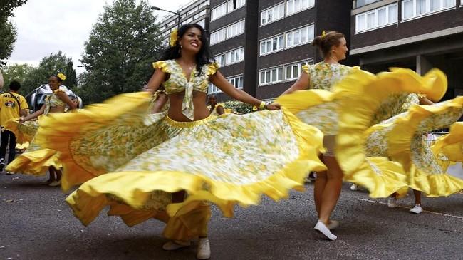Jalanan London disentak oleh musik yang berdentum keras dan orang-orang berbusana cerah yang menari-nari, Senin (27/8). (REUTERS/Henry Nicholls)