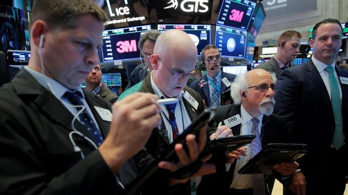 Traders work on the floor at the New York Stock Exchange (NYSE) at the end of the day's trading in Manhattan, New York, U.S., August 27, 2018. REUTERS/Andrew Kelly