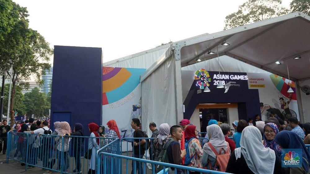 Antusias pengunjung Asian Games 2018 sangat terlihat dari mengularnya antrean di merchandise official store. Mereka rela mengantri setengah jam bahkan lebih demi mendapatkan merchandiseAsian Games 2018. (CNBC Indonesia/Shalini)