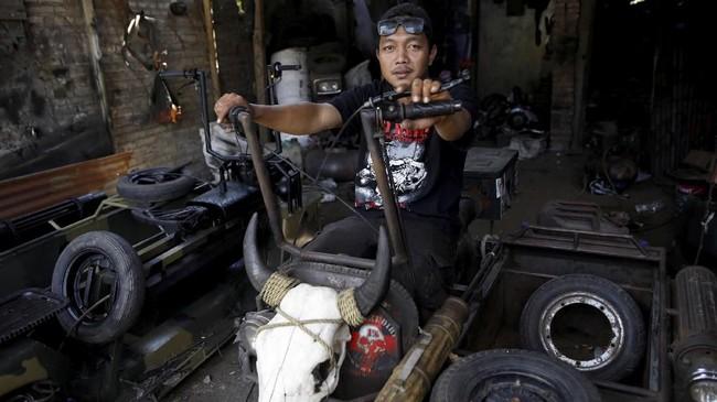 Yogi Hermawan Saifullah, 28, pemilik bengkel Vespa yang sangat lihai merestorasi Vespa. (REUTERS/Darren Whiteside)