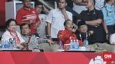 Ketika Jokowi tiba pada petang hari, posisi duduk JK dan Megawati bergeser. Jokowi pun diberi tempat bersebelahan dengan Prabowo. Tak jarang dua rival dalam Pilpres 2014 dan bakal rival pada Pilpres 2019 itu saling berbincang mengenai kiprah atlet-atlet pencak silat Indonesia di arena. (CNNIndonesia/Hesti Rika)