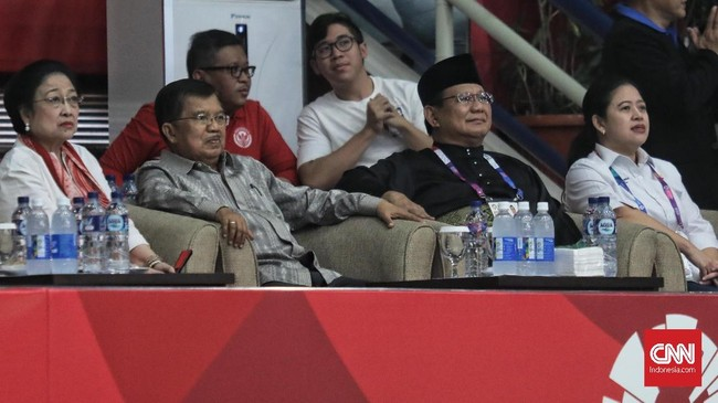 Sebelum Jokowi tiba, di barisan penonton VVIP, Prabowo duduk bersebelahan dengan Wakil Presiden Jusuf Kalla dan Menko PMK Puan Maharani. Tampak pula Ketua PDIP Megawati Soekarnoputri. Suhu panas politik jelang Pilpres 2019 seolah tak tampak di sana. (CNN Indonesia/ Hesti Rika)
