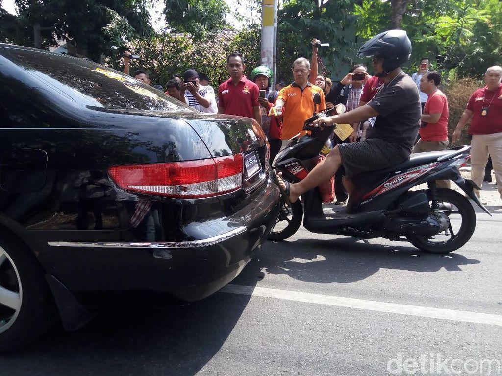 Ternyata Eko kembali menghampiri Iwan dan menendang bagian belakang mobil Iwan. Foto: Bayu Ardi Isnanto/detikcom