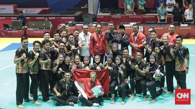 Selanjutnya Jokowi, Prabowo dan segenap atlet pencak silat Indonesia berpose bersama di Padepokan Silat, Taman Mini Indonesia Indah, Jakarta. (CNNIndonesia/Hesti Rika)