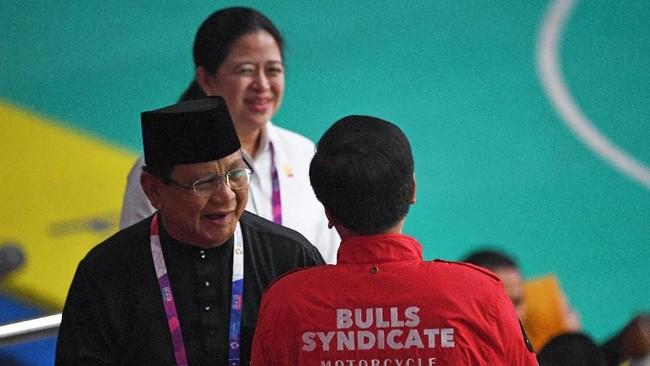 Presiden petahana RI Jokowi dan bakal rivalnya dalam Pilpres 2019, Ketum Gerindra yang juga Ketua PB IPSI Prabowo Subianto berbincang-bincang sebelum kembali duduk. (ANTARA FOTO/INASGOC/Melvinas Priananda)