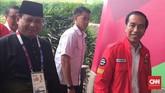 Ketua Ikatan Pencak Silat Indonesia (IPSI) Prabowo Subianto (kiri)menyambut Presiden RI Joko Widodo saat tiba di Padepokan Pencak Silat, Taman Mini Indonesia Indah untuk menyaksikan pertandingan silat Asian Games 2018, 29 Agustus 2018. (CNNIndonesia/Bimo Wiwoho)