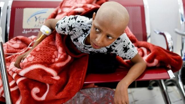 Tempat tidur di pusat medis itu pun sangat terbatas. Jumlah kasur hanya dapat untuk menampung pasien anak, sementara orang dewasa harus duduk di kursi ruang tunggu. (Reuters/Khaled Abdullah)