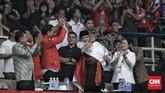 Atlet pencak silat HanifanYudani Kusumah berlari ke bangku VVIP, setelah menyalami Jokowi, pria yang mengalahkan atlet VietnamNguyen Thai Linh pada kelas C putra 55-60 kg itu memeluk Prabowo. Jokowi, JK, dan Puan punberdiri memberi tepuk tangan. (CNNIndonesia/Hesti Rika)