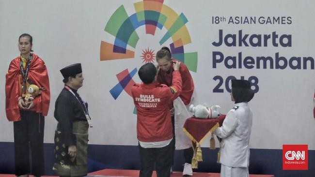 Selanjutnya, Presiden RI Joko Widodo didampingi Prabowo sebagai Ketua IPSI pun mengalungi medali kepada para pemenang dalam cabor pencak silat Asian Games 2018. (CNNIndonesia/Hesti Rika)