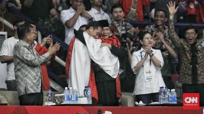 Hanifan Yudani Kusumah memeluk Joko Widodo dan Prabowo Subianto usai meraih emas kelas C 55-60kg dalam cabang olahraga pencak silat di Asian Games. (CNN Indonesia/Hesti Rika)