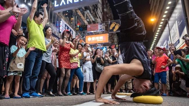 Berbagai atraksi, tarian maupun nyanyian menarik perhatian turis maupun warga biasa sejak bertahun-tahun belakangan. (AFP PHOTO / Philip FONG)