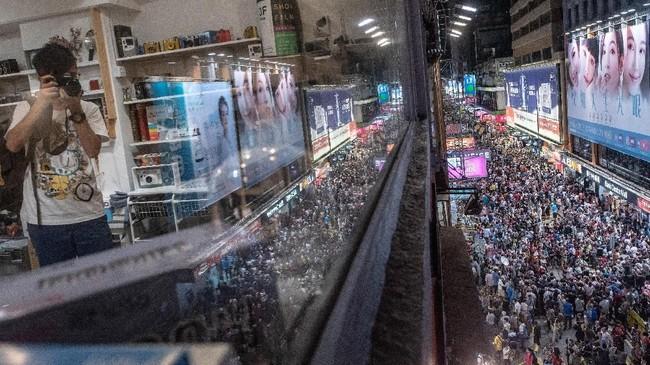Di Shai Yeung Choi Street, Mong Kok, kawasan tersibuk di Hong Kong, bukan hanya ada sederet pertokoan dan jajanan. (AFP PHOTO / Philip FONG)