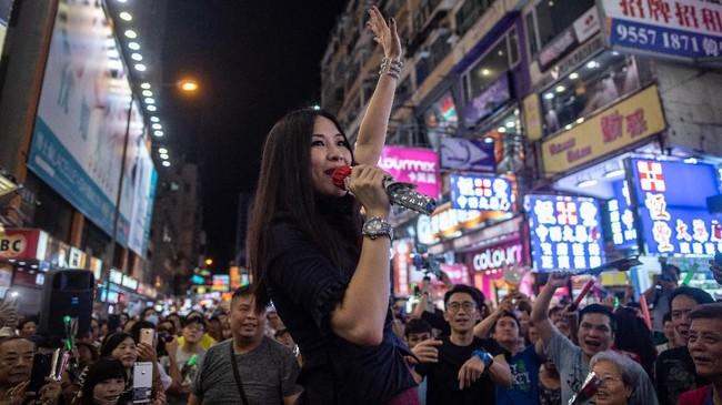 Itu juga panggung ekspresi sekaligus rumah bagi para musisi jalanan. (AFP PHOTO / Philip FONG)
