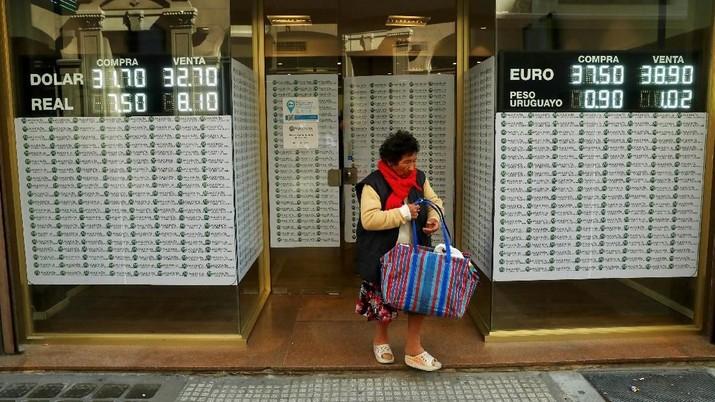 Para investor khawatir Argentina tidak dapat membayar pinjaman pemerintahnya yang berat dan sangat berisiko.