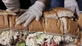 Ratusan orang berpartisipasi dalam festival Torta Fair ke-15. Dalam bahasa Spanyol, torta berarti sandwich.(REUTERS/Henry Romero)