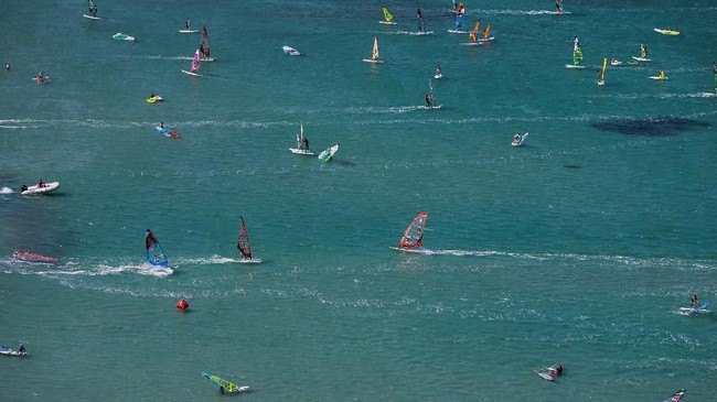 Izmir adalah sebuah kawasan di selatan kota Agean. Ada sekitar 52 pantai di Izmir yang sudah bersertifikat Blue Flag.