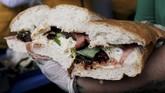 Untuk membuat sandwich raksasa ini, sekitar 100 juru masak tersebut hanya butuh waktu 2 menit 29 detik saja.(REUTERS/Henry Romero)