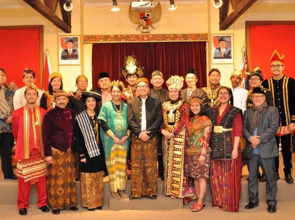 Tantowi Yahya bersama petugas KBRI Wellington kompak mengenakan bakaian adat dari sejumlah daerah di Indonesia. Istimewa/KBRI Wellington.