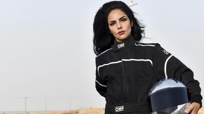 Rana Almimoni (30) mendapat kesempatan memacu Kia Stinger di Sirkuit Dirab Riyadh Motor Park. (AFP PHOTO/FAYEZ NURELDINE)