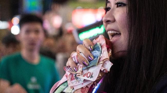 Beberapa musisi jalanan Mong Kok mengaku mungkin akan pindah ke Causeway Bay's Time Square atau Tsim Sha Tsui, distrik yang juga sibuk, namun tak bisa seinteraktif dan sebising saat biasanya. (AFP PHOTO / Philip FONG)