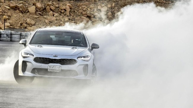 Kia Stinger mampu meladeni keinginan Almimoni melakukan aksi drifting. (AFP PHOTO/FAYEZ NURELDINE)