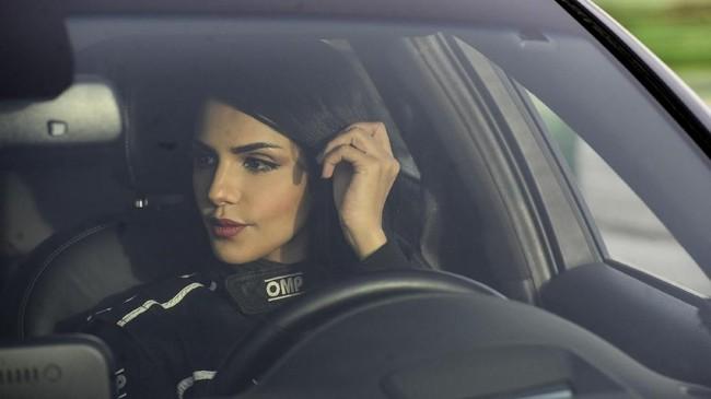 Rana Almimoni salah satu dari ribuan wanita di Arab Saudi yang menyimpan hasrat otomotif. (AFP PHOTO/FAYEZ NURELDINE)