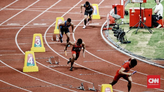 Tim Indonesia berlaga di babak final nomor lari estafet 4x100 meter putra. Tim Indonesia diperkuat oleh Mohammad Fadlin, Lalu Muhammad Zohri, Eko Rimbawan, dan Bayu Kertanegara. (CNN Indonesia/Andry Novelino)