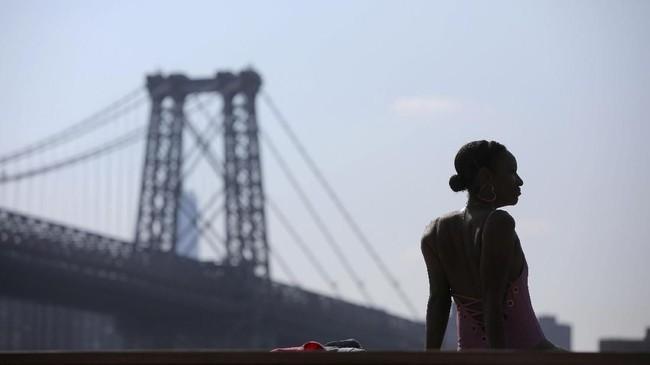 Masyarakat kota New York sedang mengalami gelombang panas pada pekan ini. Suhu gerah dirasakan sejak pukul 5 pagi sampai 9 malam setiap harinya. (REUTERS/Andrew Kelly)