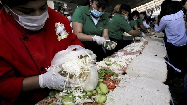 Sulit rasanya menolak segigit kenikmatan roti lapis alias sandwich dengan aneka isian gurih seperti daging, telur, tomat, dan sayurnya.(REUTERS/Henry Romero)