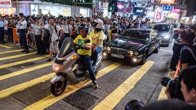 Bebas dari kendaraan bermotor dan khusus untuk pejalan kaki, kawasan itu pun terbilang 'ramah' pertunjukan. (AFP PHOTO / Philip FONG)