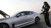 Setelah Almimoni, akan banyak wanita-wanita di Arab mengikuti jejaknya memacu kendaraan semaksimal mungkin di sirkuit. (AFP PHOTO / FAYEZ NURELDINE)