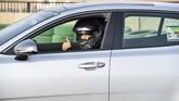 Almimoni tetap mengutamakan keselamatan dengan menggunakan helm. (AFP PHOTO/FAYEZ NURELDINE)