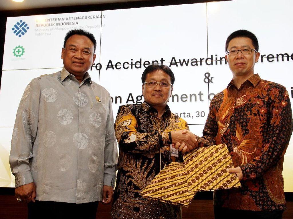CEO Huawei Indonesia Hudson Liu (kanan), menerima Penghargaan Kecelakaan Nihil Zero Accident Award 2018 dari Kementerian Tenaga Kerja, yang diserahkan Direktur Jenderal Pembinaan Pengawasan Ketenagakerjaan dan Keselamatan dan Kesehatan Kerja Kemnaker Sugeng Priyanto, di Jakarta, Kamis (30/8) disaksikan oleh Direktur Pengawasan Norma Keselamatan dan Kesehatan Kerja, Herman Prakoso Hidayat. Foto: dok. Huawei