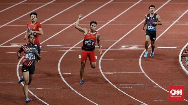 Keberhasilan Indonesia meraih medali perak nomor estafet 4x100 meter putra membuat mereka mengulang catatan 52 tahun lalu. (CNN Indonesia/Andry Novelino)