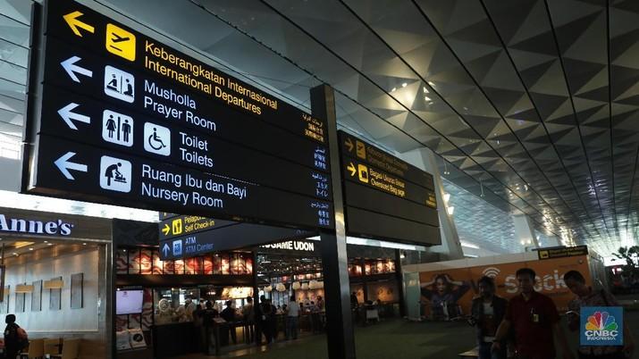 Warga Negara Asing mengantri pembelian tiket pesawat di Terminal 3 Bandara Soekarno Hatta, Tangerang Banten, Kamis (30/8). Mengatasi masalah defisit transaksi berjalan pada neraca perdagangan, Menko Luhut membuat 8 butir keputusan di bidang pariwisata bersama dengan beberapa kementerian/lembaga dan Pemda. Solusi di sektor ini merupakan yang paling cepat dan efektif dibandingkan sektor lainnya. Menko Luhut yang menargetkan perolehan devisa negara dari sektor pariwisata sebesar USD 17,6 milyar pada 2019 dan USD 28,5 milyar pada 2024.CNBC Indonesia/Muhammad Sabki)