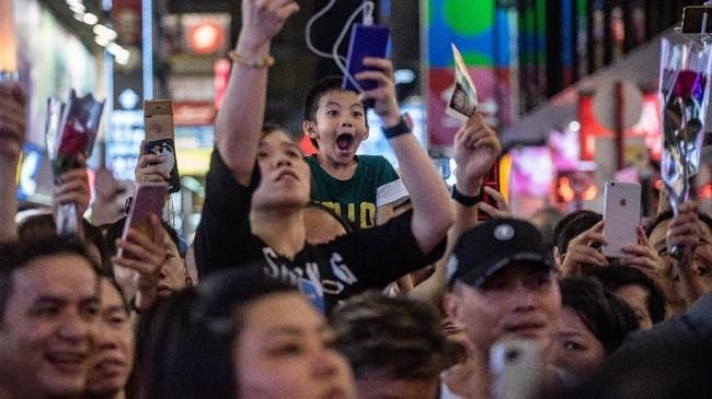 Otomatis, pertunjukan jalanan pun kehilangan panggungnya, meski sebagian warga mengeluh bahwa sejak 2000 mereka selalu menimbulkan keributan. (AFP PHOTO / Philip FONG)