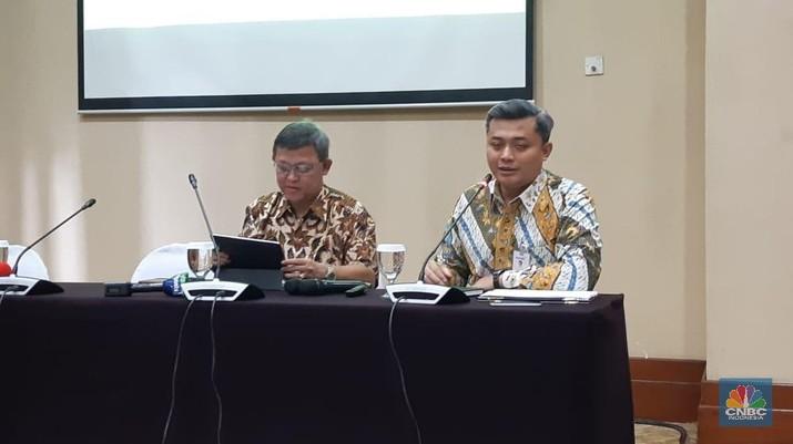 Kepala Ekonom Bank Mandiri Anton Gunawan (kiri) bersama Andry Asmoro (kanan) dalam acara Macroeconomic Outlook Semester II-2018 Bank Mandiri