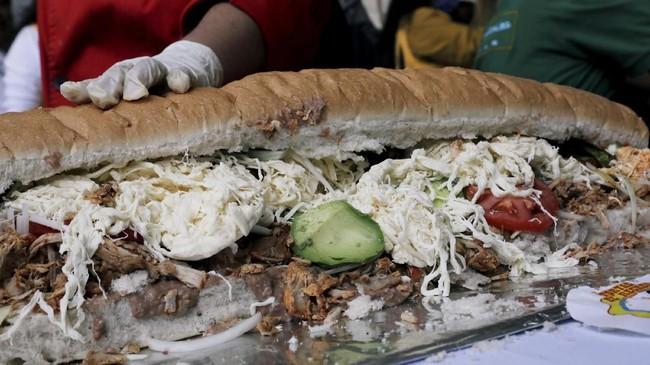 Sandwich raksasa ini dibuat dengan menggunakan beragam jenis daging, tomat, bawang, alpukat, dan sayur.(REUTERS/Henry Romero)