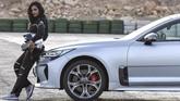 Kesempatan ini bagi Almimoni sekaligus mengandaskan persepsi bahwa wanita hanya menyukai mobil berpenampilan 'cantik' dengan warna cerah. Namun sebaliknya, wanita di Arab menyukai mobil yang cepat dan bertenaga besar. (AFP PHOTO/FAYEZ NURELDINE)