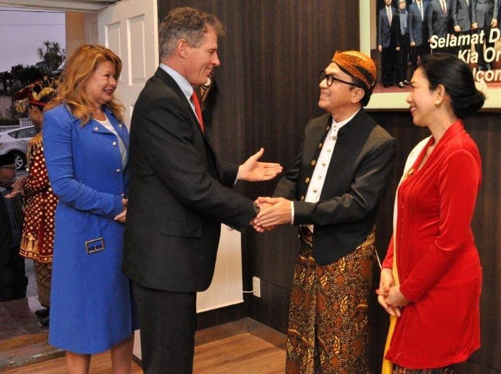 Duta Besar Indonesia untuk Selandia Baru Tantowi Yahya menyambut para tamu undangan di Ruang Papua. Istimewa/KBRI Wellington.