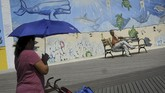 Wali Kota New York Bill de Blasio mengimbau masyarakatnya untuk menjaga cairan tubuh dan sebisa mungkin berteduh jika terpapar sinar matahari yang terik. (Drew Angerer/Getty Images/AFP)