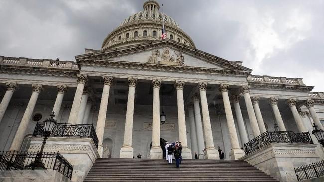 Sebelum dibawa ke gedung lambang pemerintahan Amerika Serikat tersebut, jenazah McCain disemayamkan diNorth Phoenix Baptist Church pada Kamis (30/8).(Jim Lo Scalzo/Pool via REUTERS)
