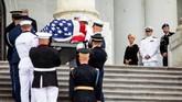 Istri John McCain, Cindy (tengah) dan putranya Jack dan James menyambut jenazah sebelum dilakukan penghormatan di tingkat petinggi pemerintahan. (JIM LO SCALZO/POOL Via REUTERS)