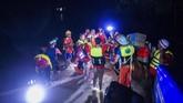 Pemadam kebakaran, tentara, dan aparat lainnya pun mulai menggelar operasi penyelamatan sejak Rabu lalu. (AFP Photo/Ye Aung Thu)