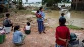Kesulitan memuncak ketika air dari bendungan itu mulai menjalar ke daerah Swar di pusat Myanmar. (AFP Photo/Ye Aung Thu)