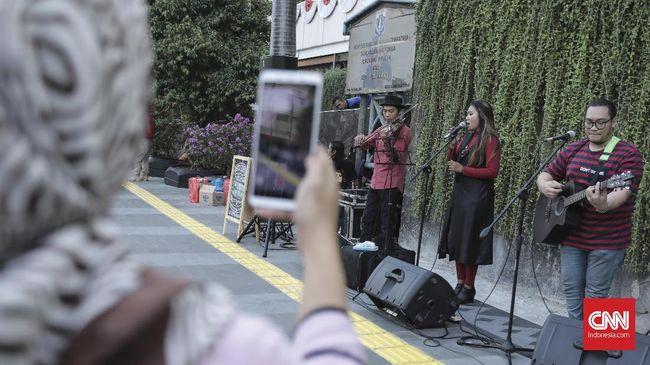 Anies Ingin Lestarikan Pertunjukan Musik di Trotoar Sudirman