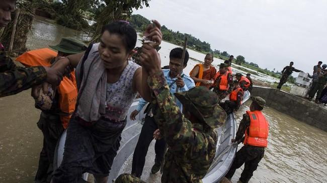 Lebih dari 63 ribu warga Myanmar terpaksa mengungsi karena rumah mereka tergenang banjir akibat bendungan irigasi yang jebol pada pekan ini. (AFP Photo/Ye Aung Thu)