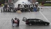 Pasukan pengawal militer membawa peti yang berisi mendiang politisi senior John McCain, Jumat (31/8) kala tiba di Capitol Hill, Washington DC. (Win McNamee/POOL Via REUTERS)