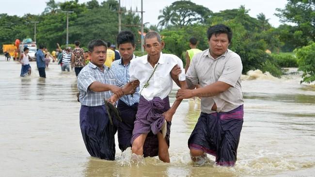 Kini, air mulai menghambat pergerakan menuju kota-kota besar, seperti Yangon, Mandalay, dan ibu kota di Naypyidaw. (AFP Photo/Thet Aung)