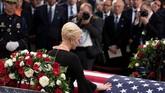 Cindy McCain dan ibunda John jadi pihak terakhir yang memberikan ucapan selamat tinggal kepada mendiang. Masih ada lagi acara penghormatan pada Sabtu (1/9) sebelum dimakamkan pada Minggu (2/9) diU.S. Naval Academy.(Jim Watson/POOL via REUTERS)